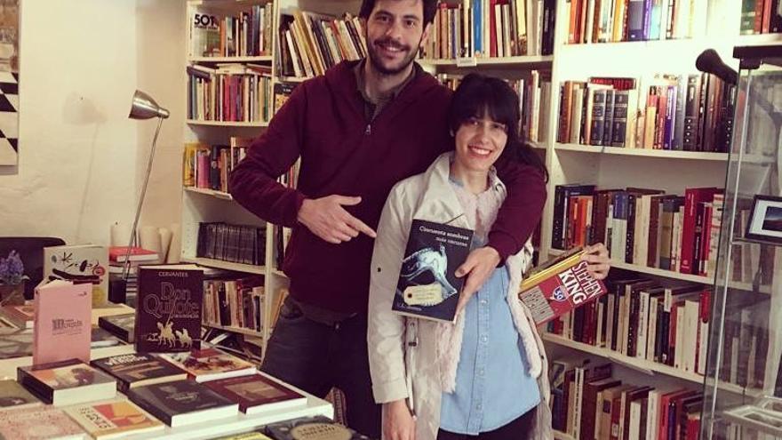 Andrea y Tomás en el Andarríos, Librería, en Libro Taberna El Internacional