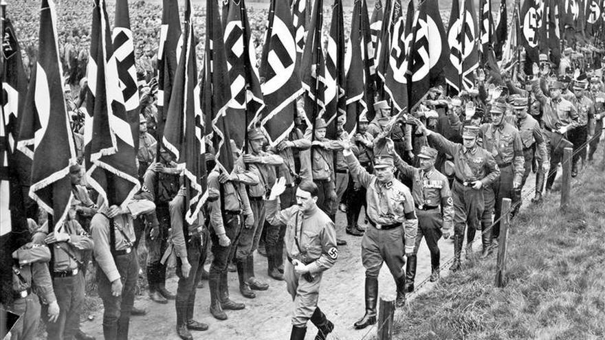 Adolf Hitler, seguido por Ernst Röhm, jefe de las SA, milicia paramilitar.