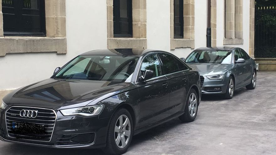 El coche de la presidenta del Parlamento, junto al del lehendakari Urkullu