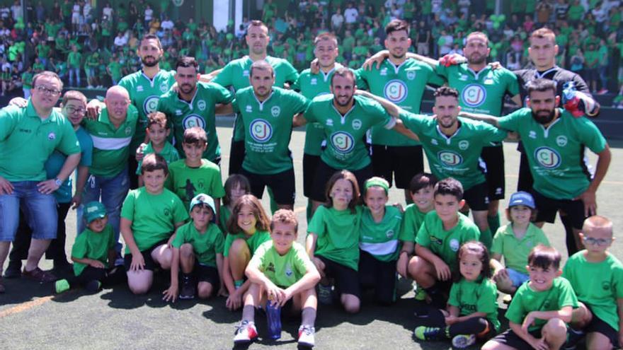 Los jugadores verdinegros, en el inicio del encuentro frente al Atlético Victoria