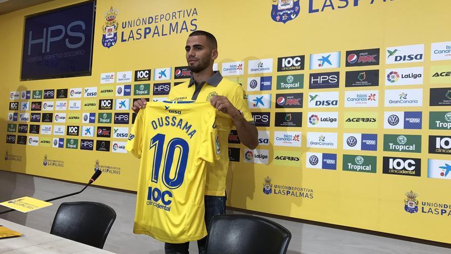 El extremo marroquí Oussama Tannane posa con su camiseta de la UD Las Palmas.