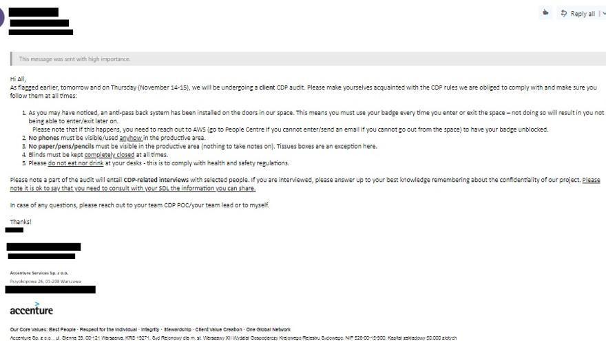 """Un correo en el que se explican a los empleados las reglas sobre tener objetos en la mesa, bolígrafos, móviles y cómo dejar las persianas (""""completamente cerradas"""")"""
