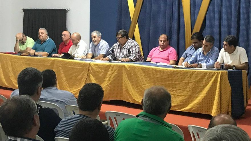 El presidente de la Interagrupación de Fallas, Jesús Hernández (centro, camisa a cuadros), presidiendo un reciente reunión