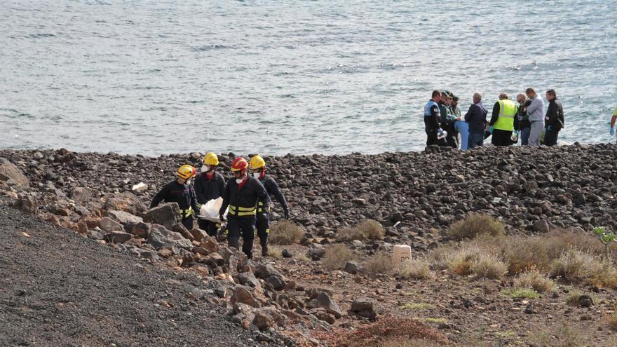Imágenes del rescate de los ocupantes de la patera. (Sergio Betancort)