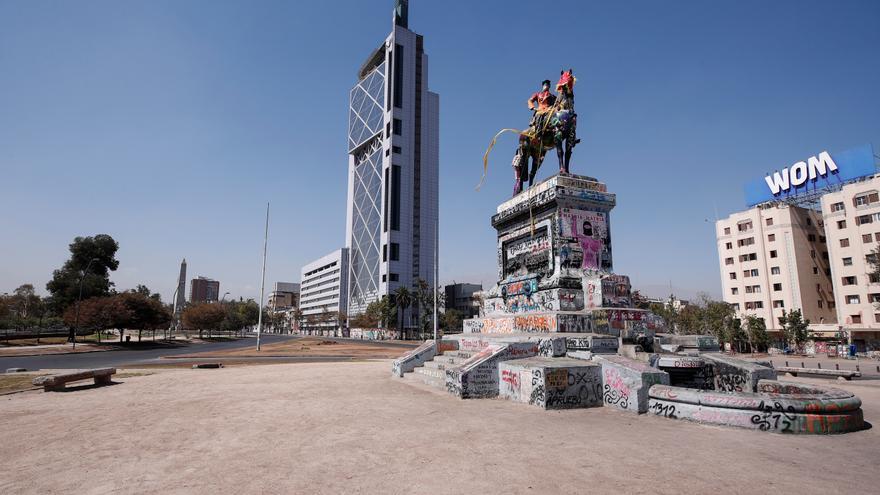 """Vista de la Plaza Italia, rebautizada popularmente como """"Plaza de la Dignidad"""", vacía en Santiago (Chile), por el estado de excepción decretado en el país"""
