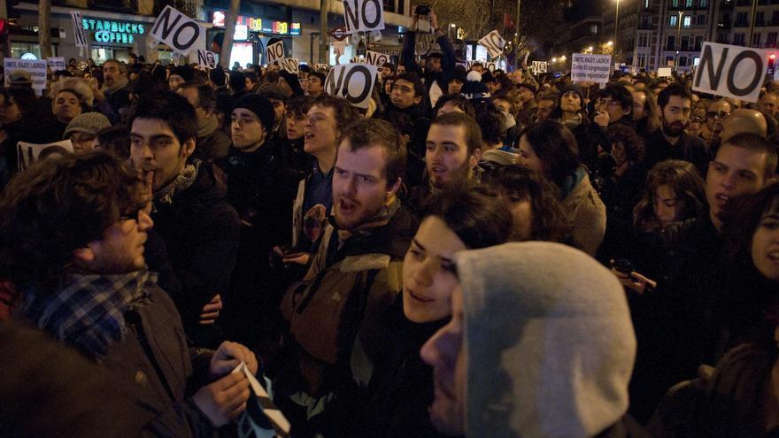 Manifestantes en la plaza de Santa Barbara / Álvaro Minguito