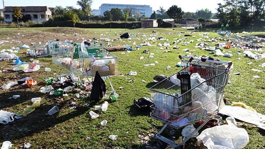 Estado en el que quedó el parque Ribera Sur de Palencia el pasado año tras la fiesta de los estudiantes de Agrarias.
