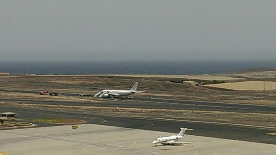 El avión de la compañía Jet2 procedente de Manchester que sufrió un problema en el tren de aterrizaje.