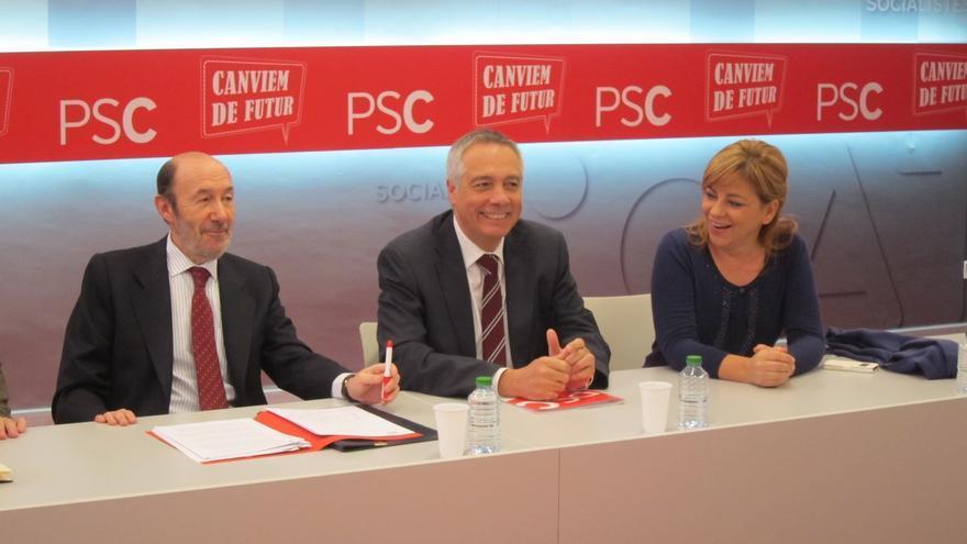 """PSOE y PSC sellan un documento para impulsar el federalismo y exigen """"diálogo"""" Rajoy-Mas"""