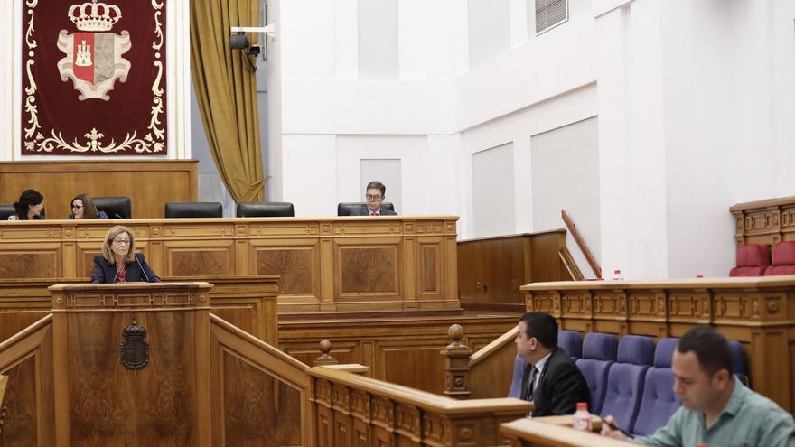 Carmen Torralba (PSOE) interviene bajo la atenta mirada del consejero y mientras del diputado de Podemos toma notas