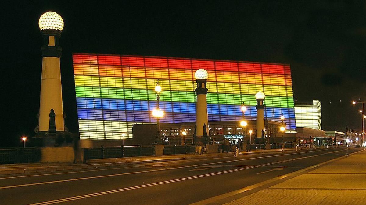 El Kursaal de San Sebastián iluminado con la bandera LGTBI.
