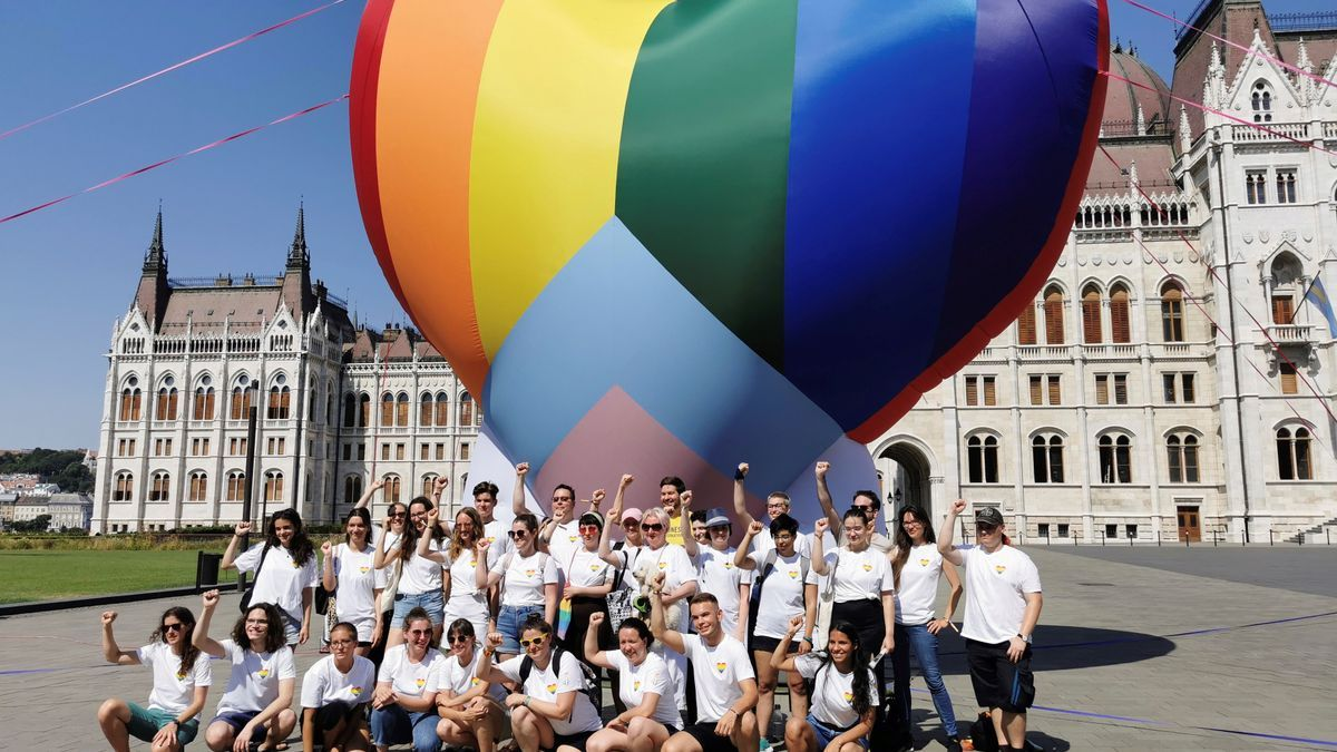 Varias organizaciones han inflado este jueves en Budapest un globo arcoiris para protestar contra la ley homófoba.