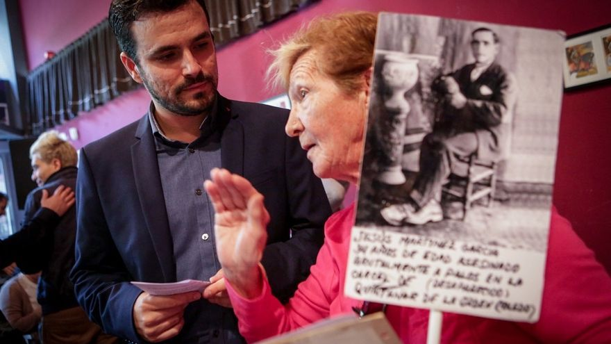 """Alberto Garzón denuncia que 40 años después de la muerte de Franco la memoria de España """"sigue enterrada en las cunetas"""""""
