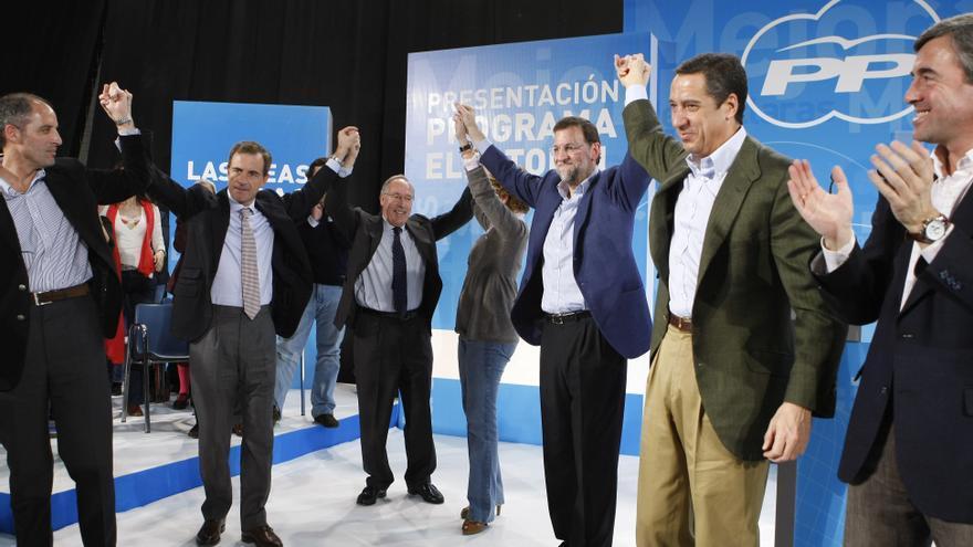 Mariano Rajoy saluda junto a (i-d) Francisco Camps, Juan Costa, Manuel Pizarro, Eduardo Zaplana y Angel Acebes en la presentación del programa para las elecciones generales de 2008