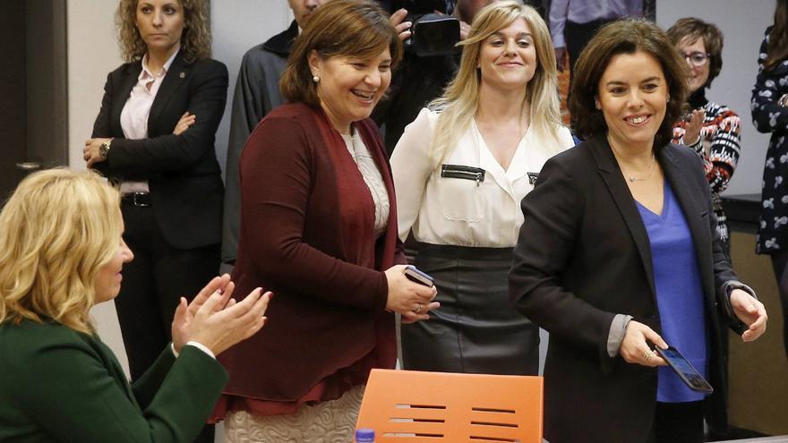Isabel Bonig, presidenta del PPCV; la secretaria general, Eva Ortiz y la candidata Sáenz de Santamaría.