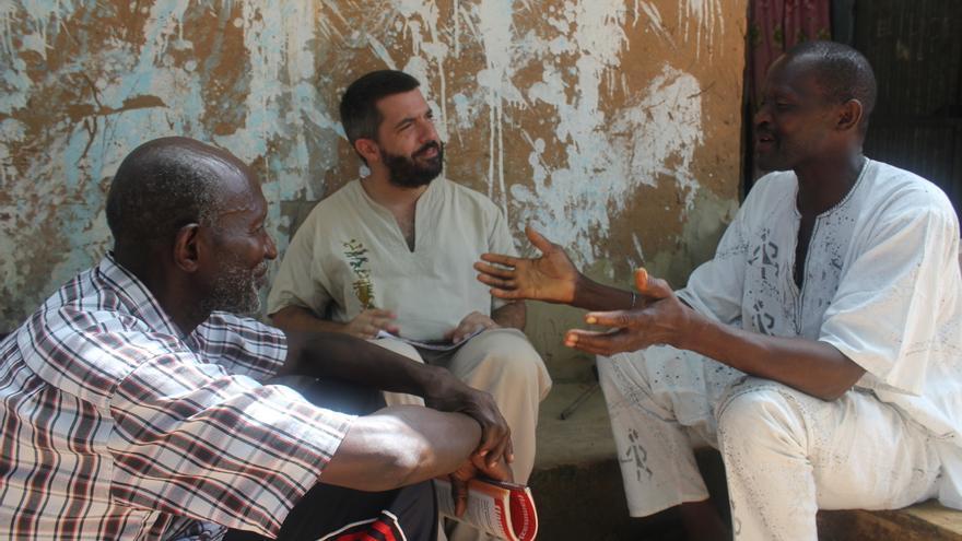 En el centro, el antropólogo Jordi Tomàs, durante el rodaje del documental / Foto: Carlos Bajo.