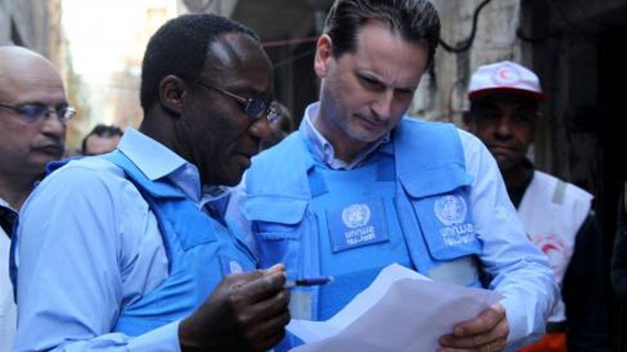 Michael Kingsley-Nyinah, director de Operaciones de la Agencia de Naciones Unidas para los refugiados de Palestina (UNRWA) en Siria, a la izquierda, en una visita al campo de Yarmuk. / Foto: UNRWA España www.unrwa.es.