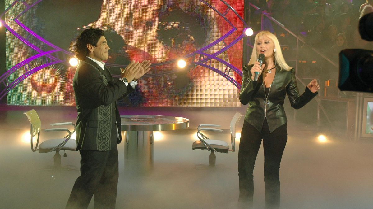 """Raffaella Carrá estuvo invitada en el programa """"La noche del Diez"""", que conducía Diego Maradona."""