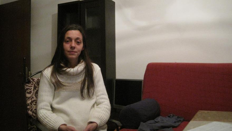 Nazaret, junto a su pareja y sus dos hijas, han ocupado un piso que el Obispado de Córdoba tenía cerrado.