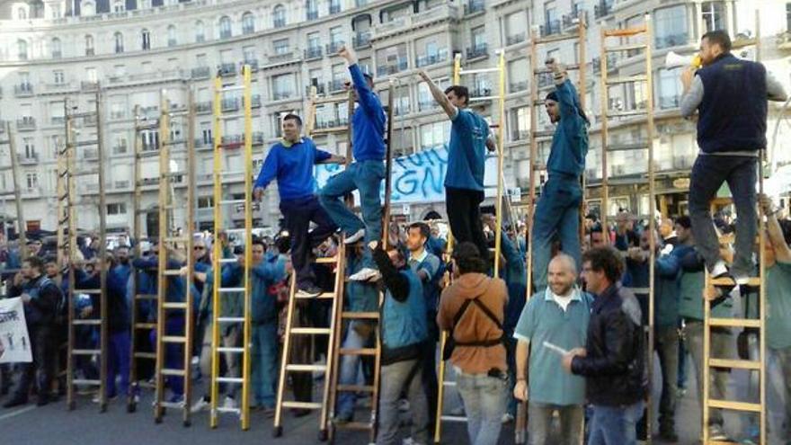Manifestantes en la huelga de Movistar en la plaça Francesc Macià de Barcelona