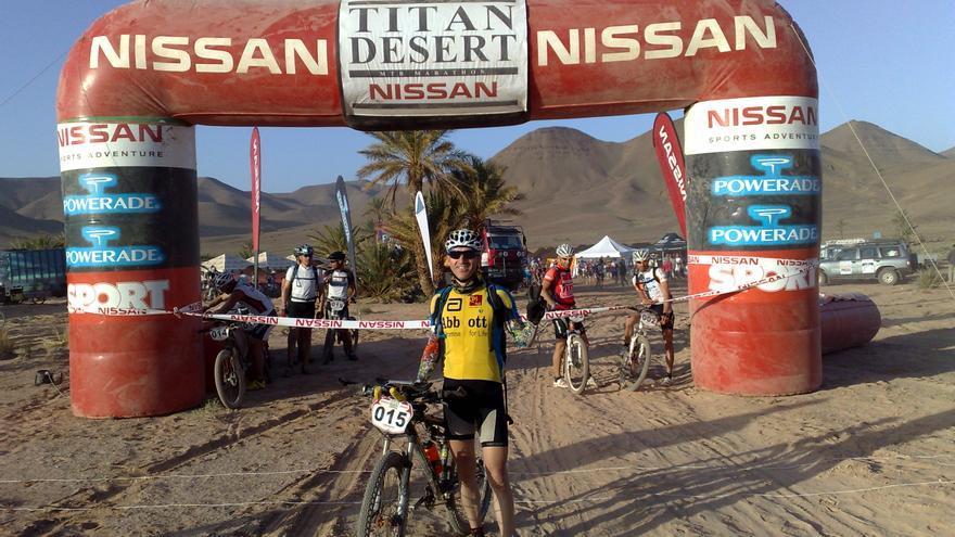 Jordi Sandor en la Titan desert.