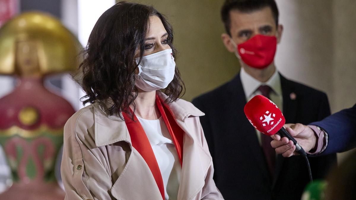 La presidenta de la Comunidad de Madrid en funciones, Isabel Díaz Ayuso, y el director general de Telemadrid, José Pablo López.