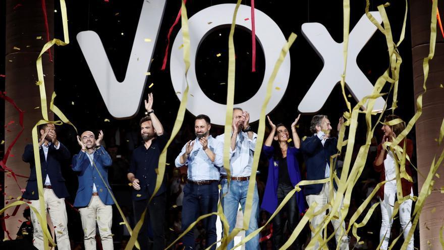 """El líder de Vox, Santiago Abascal (4i) junto a el secretario general del partido, Javier Ortega Smith (4d); el portavoz en el Congreso, Iván Espinosa (3i), la presidenta del Vox en Madrid, Rocío Monasterio (3d) y el jefe de la delegación del partido en el Parlamento Europeo, Jorge Buxadé (2i), entre otros, al término del acto de precampaña celebrado este domingo en el Palacio de Vistalegre bajo el lema """"Vistalegre Plus Ultra"""", que servirá como arranque oficial de las elecciones del 10 de noviembre."""