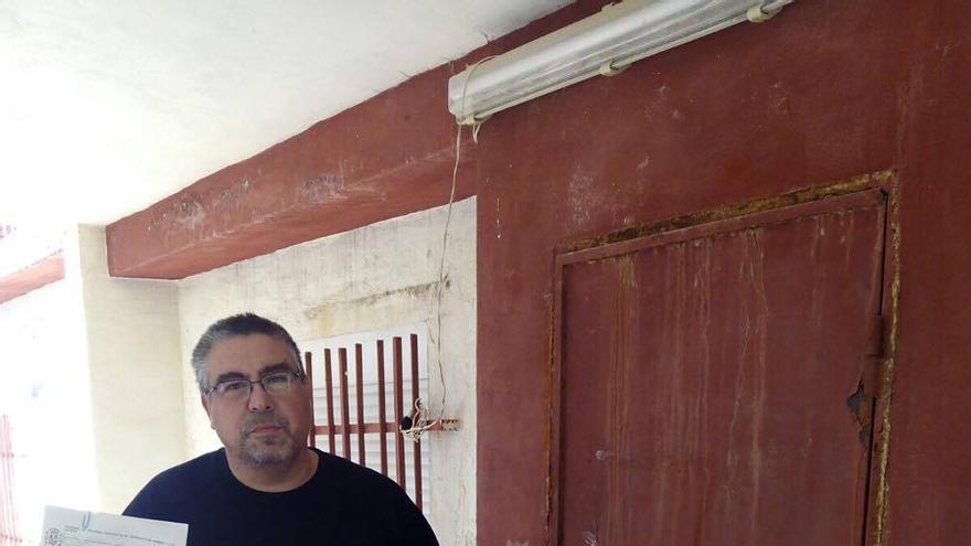 Enrique muestra la reclamación junto a la puerta forzada de forma errónea por la comisión judicial