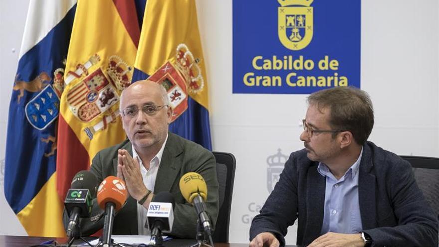 El presidente del Cabildo de Gran Canaria, Antonio Morales (i), junto al consejero de Desarrollo Económico, Raúl García Brink.