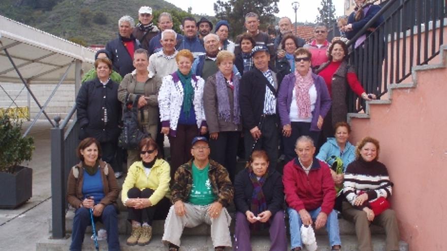 Grupo de mayores de Santa Lucía visitando La Vega de San Mateo.