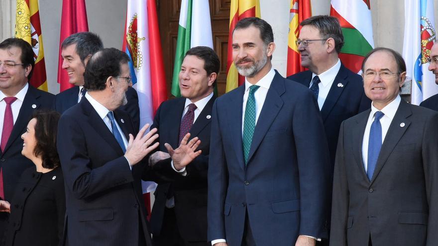García-Page conversa con Rajoy en la foto oficial de la VI Conferencia de Presidentes Autonómicos