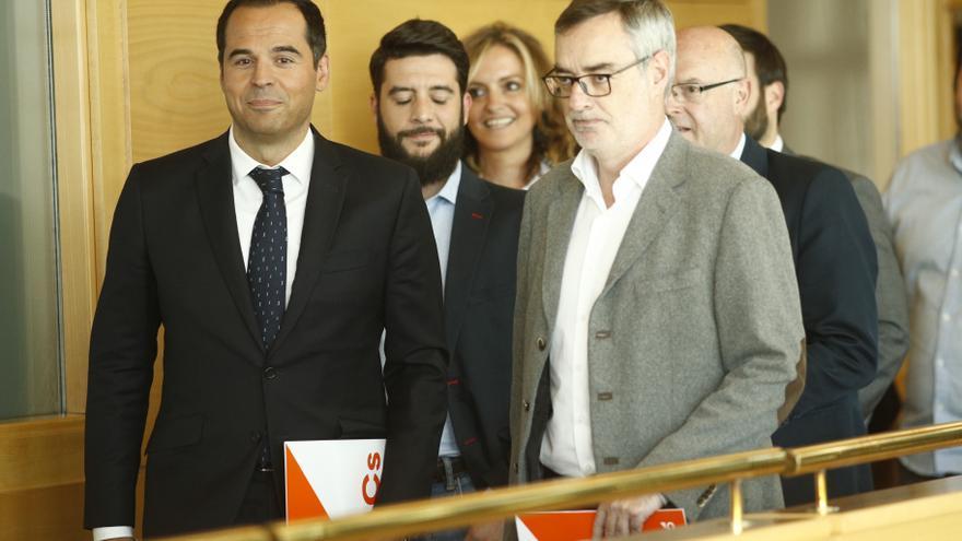 Ignacio Aguado y José Manuel Villegas en la Asamblea de Madrid.