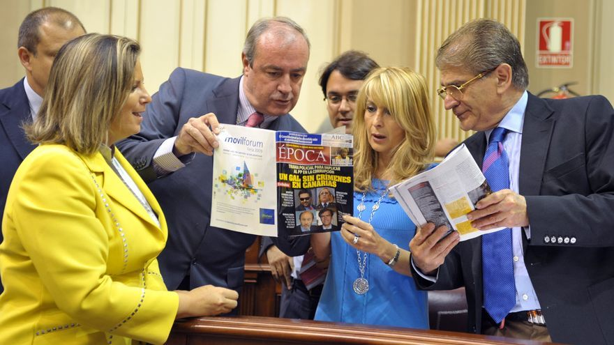 Rita Martín, Fernando Figuereo, Asier Antona, María Australia Navarro y Manuel Fernández con la revista 'Época'.