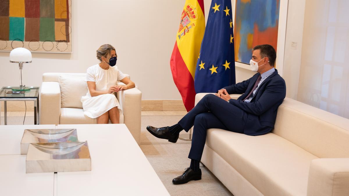 Pedro Sánchez y Yolanda Díaz en una reunión previa al Consejo de Ministros este jueves.