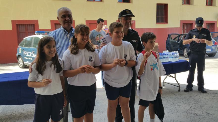 Los cuatro alumnos distinguidos con un pin. Foto: LUZ RODRÍGUEZ.