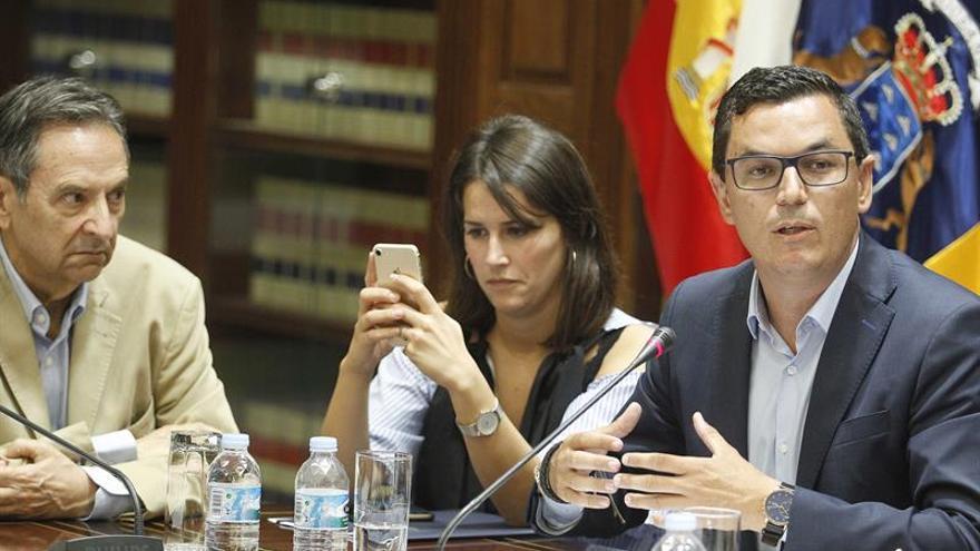 El consejero de Obras Públicas y Transportes del Gobierno de Canarias, Pablo Rodríguez (d). EFE/Cristóbal García