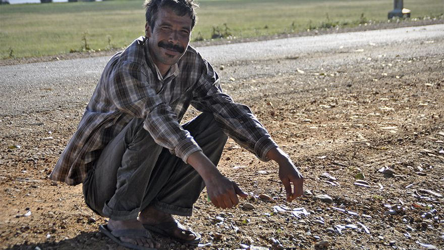 Ahmed mendiga para tomarse un café o fumar un cigarro, sus únicos alimentos la mayoría de los días./ J. Blasco de Avellaneda