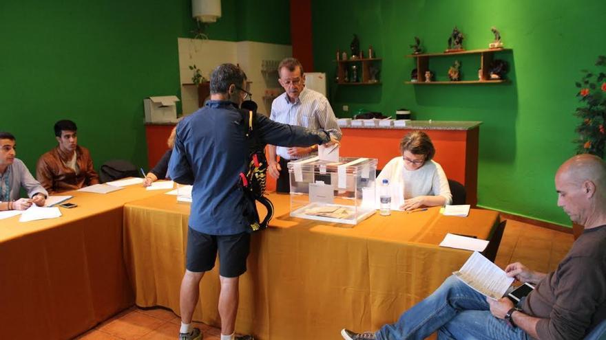 Un elector vota en la mesa situada en el colegio de la Plaza de la Quisisana, en Santa Cruz de La Palma. Foto: JOSÉ AYUT.