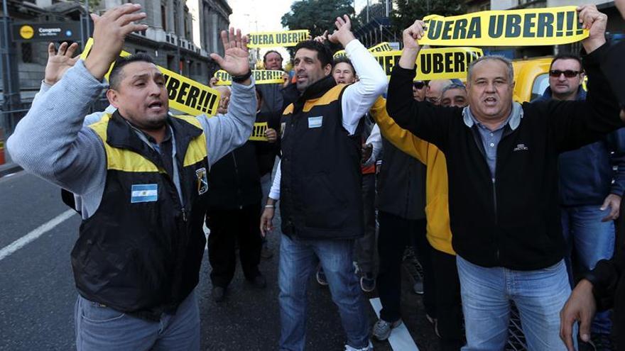 Nueva protesta de taxistas contra Uber corta varias calles de Buenos Aires