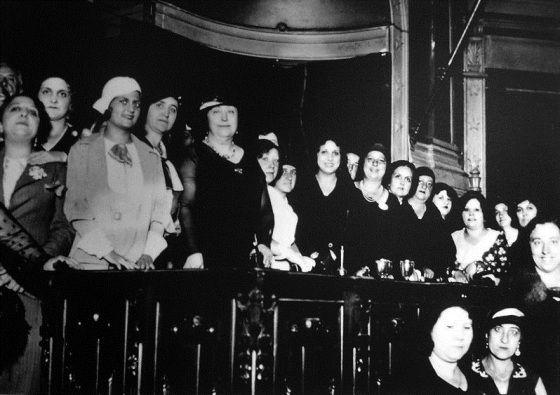 Carmen de Burgos y miembras de la Liga Internacional de Mujeres, en un acto contra la pena de muerte en el Ateneo de Madrid (1931) | http://comoliebrenelerial.blogspot.com.es/2012/04/el-madrid-de-las-olvidadas.html