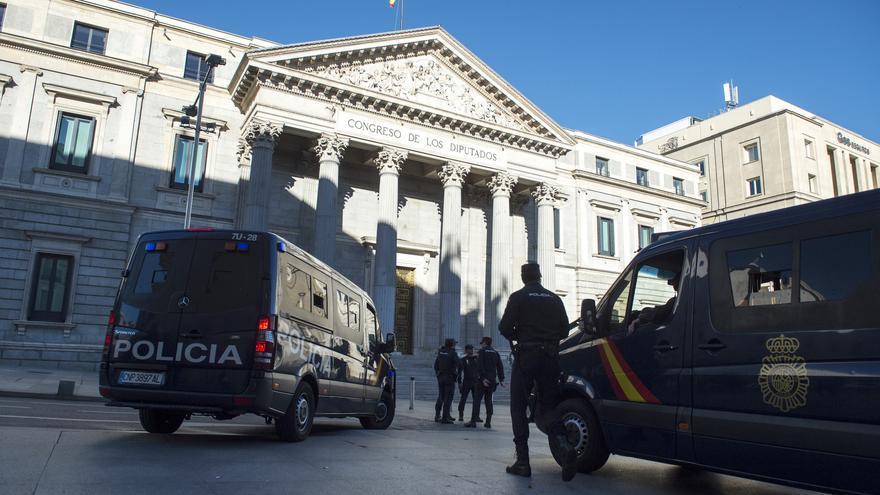 """La Policía se prepara a las puertas del Parlamento, antes de que comience la manifestación """"rodea el Congreso"""""""