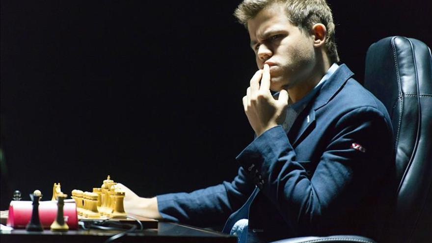 Carlsen bate a Anand en la sexta tras cometer error que le costaba el punto