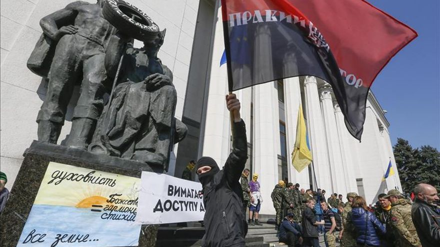 Nacionalistas radicales ucranianos atacan a un candidato presidencial en Kiev