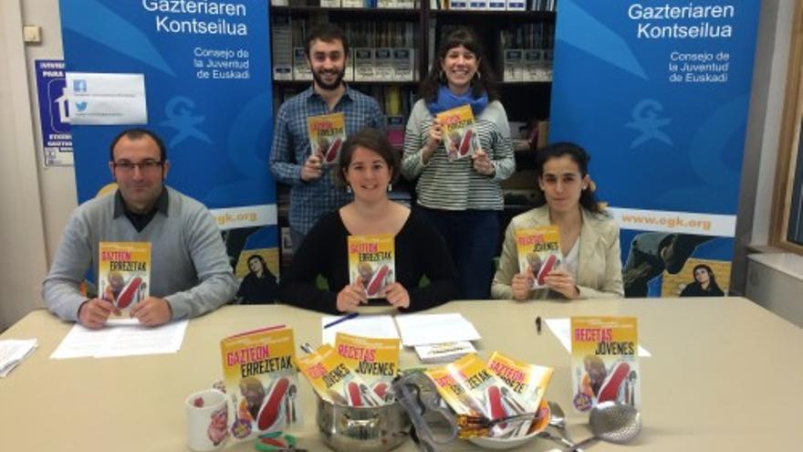 """Miembros del Consejo vasco de la Juventud presentan el documento """"Recetas para planes de empleo joven""""/ Foto del Consejo Vasco Juventud."""