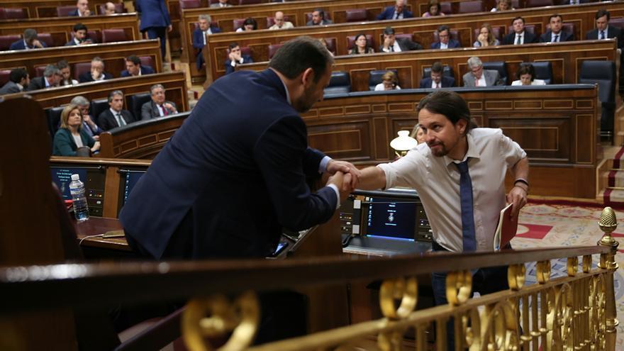 Pablo Iglesias y José Luis Ábalos se estrechan la mano en el Congreso de los Diputados durante la moción de censura contra Mariano Rajoy.