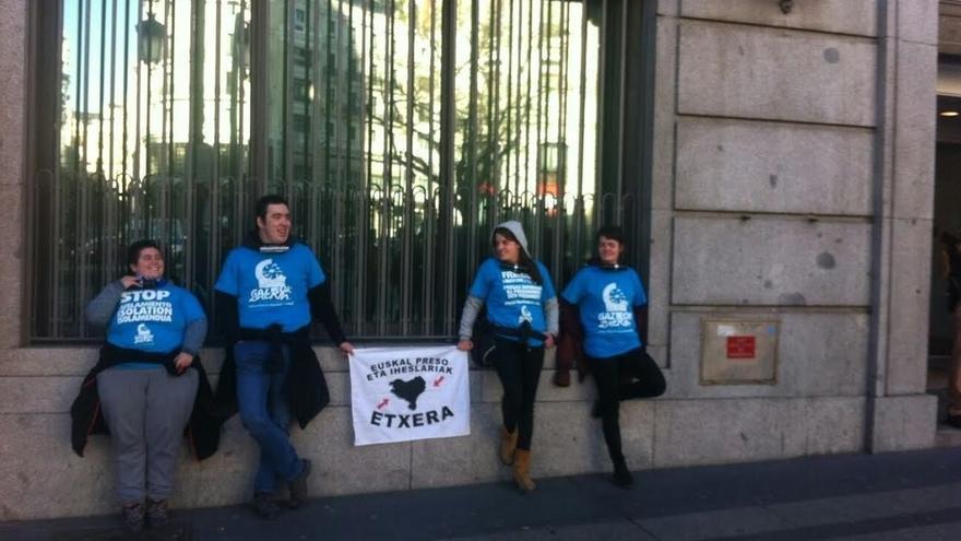 Partidarios de presos etarras critican el relato de la derrota de ETA ante la sede de Instituciones Penitenciarias