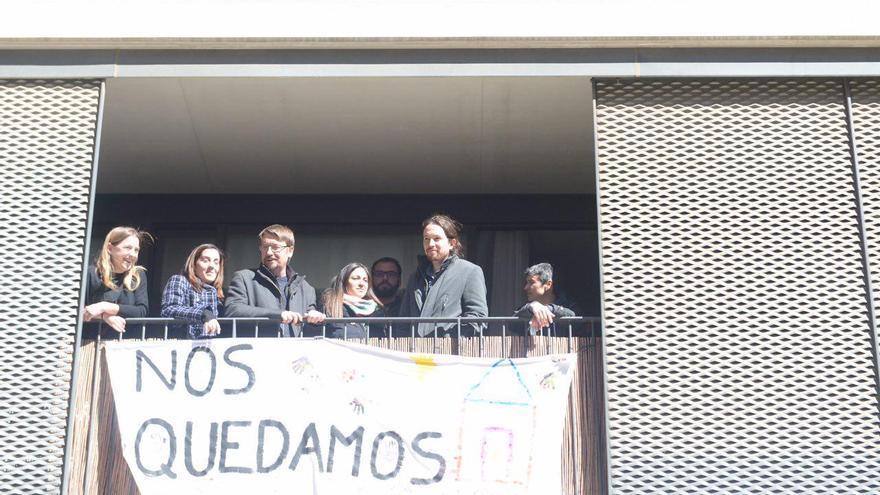 Pablo Iglesias, Xavier Domènech y Lucía Martín, en un acto de apoyo a familias de inquilinos que luchan por no ser deshauciadas.