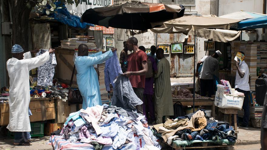 Un grupo de vendedores en el centro de Dakar