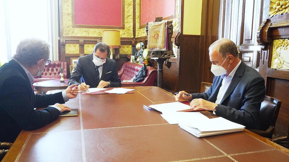 Óscar Puente, en el centro; Manuel Saravia (izda.) y el director gerente de la SVAV, Antonio Gato (dcha.), en la firma del acuerdo de adjudicación de los nuevos túneles de Labradores y Panaderos