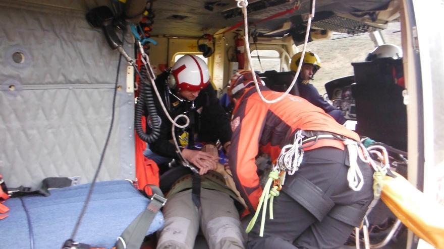 El helicóptero del Gobierno rescata a un cazador accidentado en el Alto Asón
